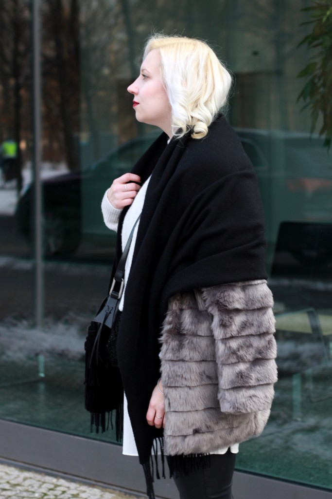 outfit-fashionweek-winter-puppenzirkus-fake-fur-coat-reebok-silk-fringe-bag (7)