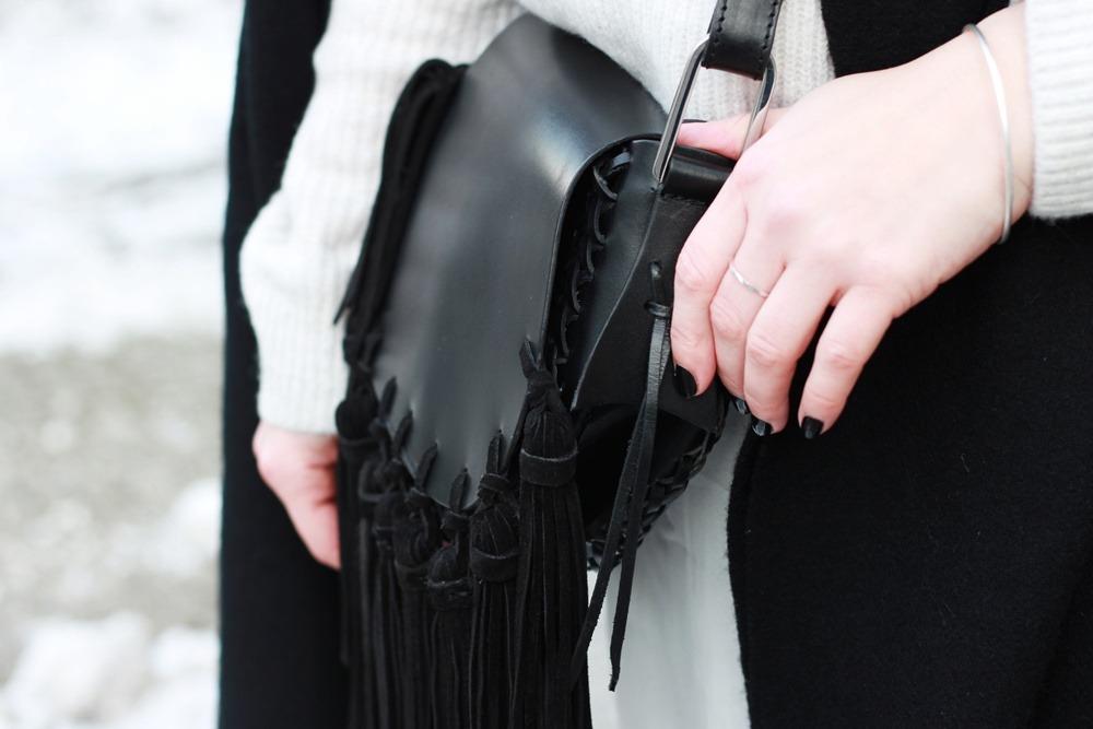 outfit-fashionweek-winter-puppenzirkus-fake-fur-coat-reebok-silk-fringe-bag (8)