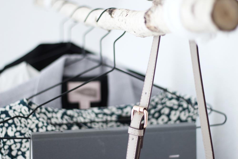 Garderobe-aus-Birkenstamm-DIY-Do-It-Yourself-einfach-Puppenzirkus-Interior-Kleiderstange-Birke11