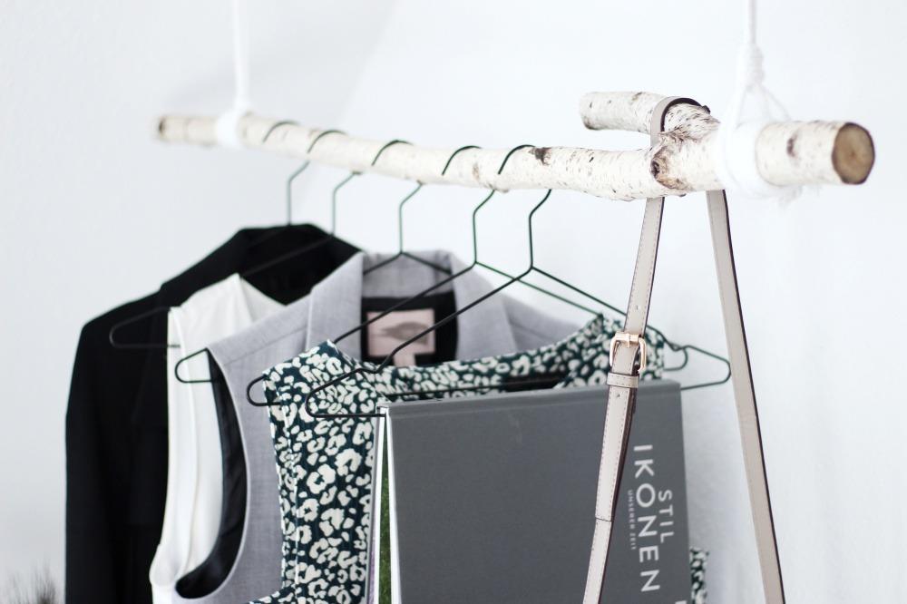 Garderobe-aus-Birkenstamm-DIY-Do-It-Yourself-einfach-Puppenzirkus-Interior-Kleiderstange-Birke14