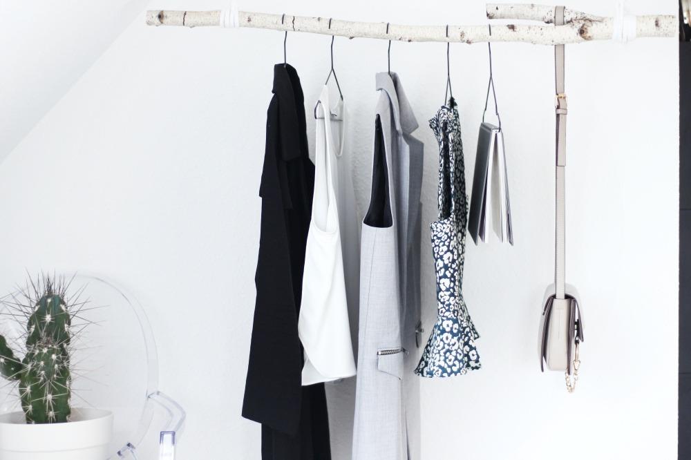 Garderobe-aus-Birkenstamm-DIY-Do-It-Yourself-einfach-Puppenzirkus-Interior-Kleiderstange-Birke9