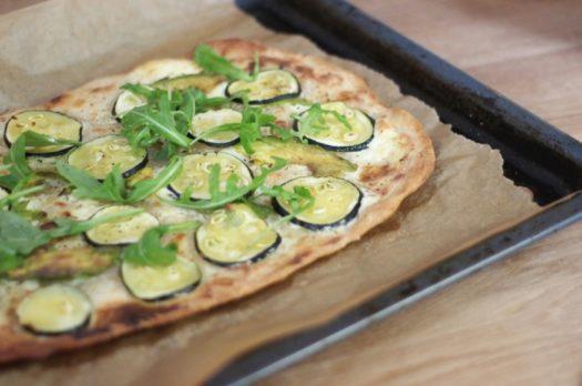 Rezept: Flammkuchen mit Avocado & Zucchini