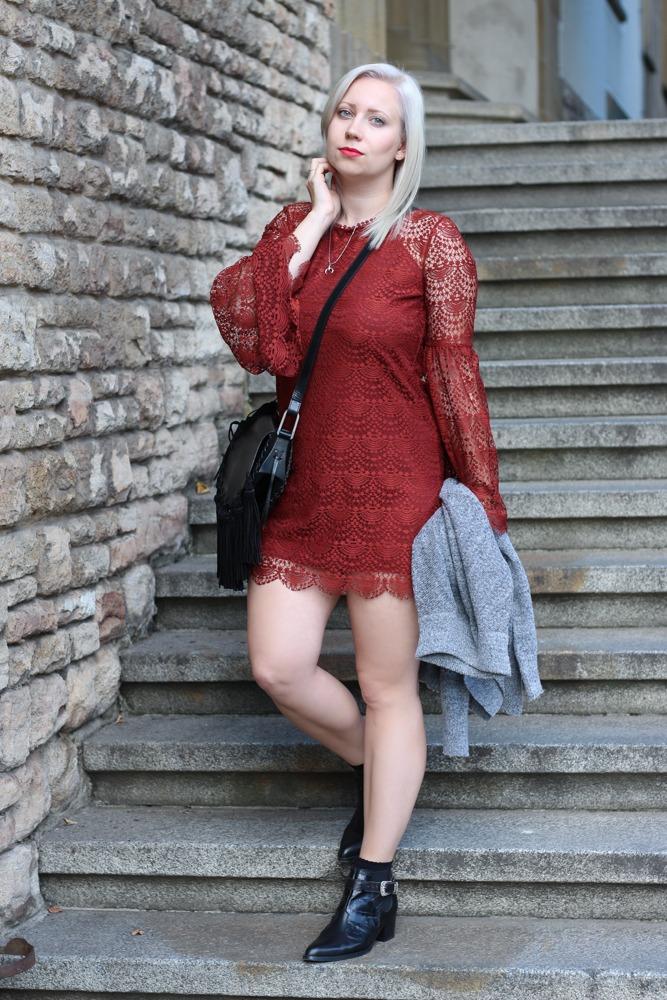 Westernbooties-mit-Spitzenkleid-Blogger-Herbstlook-Outfit-Puppenzirkus1