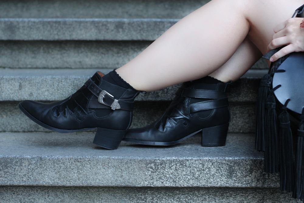 Westernbooties-mit-Spitzenkleid-Blogger-Herbstlook-Outfit-Puppenzirkus11