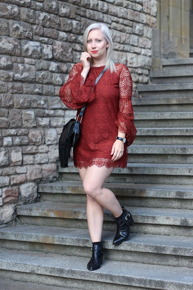 Westernbooties-mit-Spitzenkleid-Blogger-Herbstlook-Outfit-Puppenzirkus2