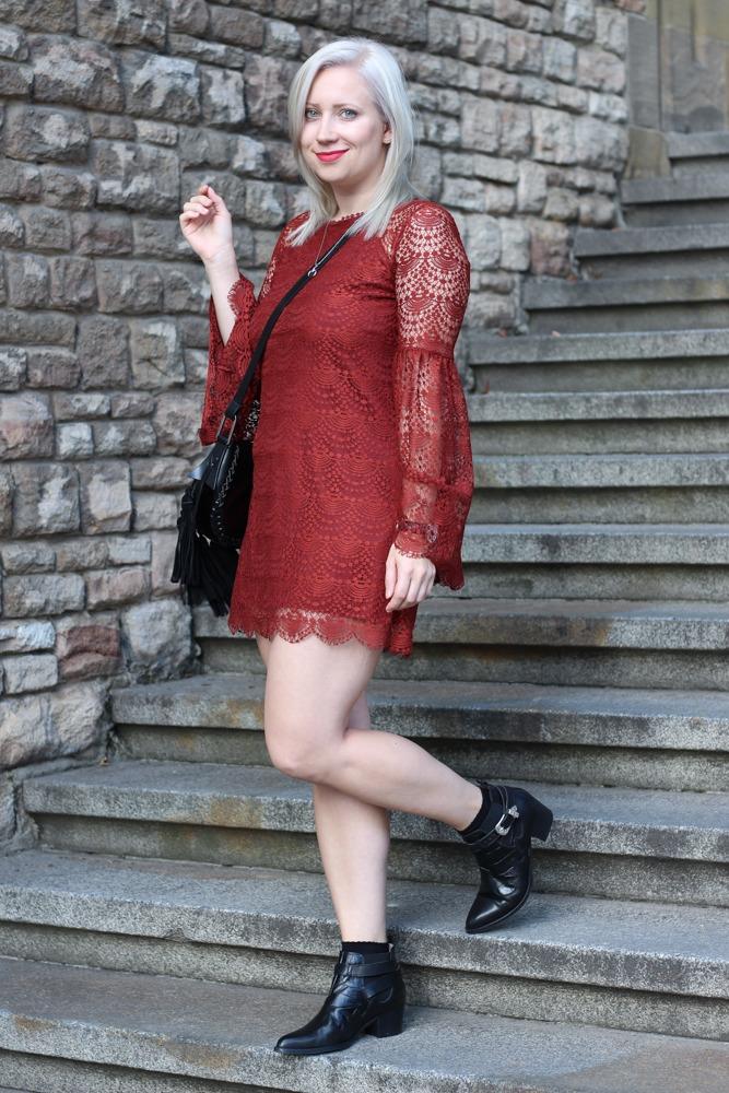 Westernbooties-mit-Spitzenkleid-Blogger-Herbstlook-Outfit-Puppenzirkus3