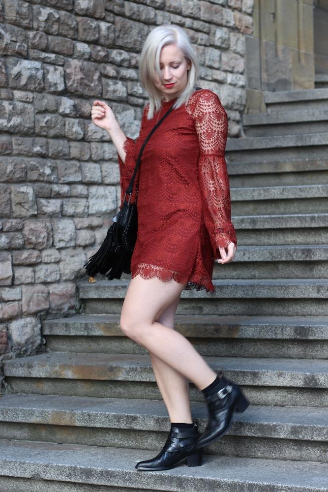 Westernbooties-mit-Spitzenkleid-Blogger-Herbstlook-Outfit-Puppenzirkus4