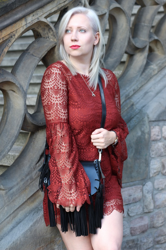Westernbooties-mit-Spitzenkleid-Blogger-Herbstlook-Outfit-Puppenzirkus5