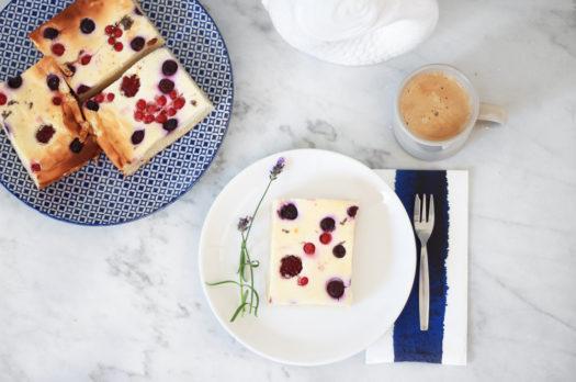 Schneller Quarkkuchen mit Waldbeeren & Lavendel