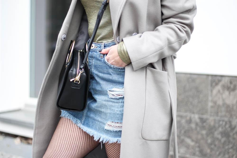outfit-blogger-metallic-reebok-pearlized-grey-oversized-coat-sneaker-herbst-2016-trend-jeansrock-puppenzirkus-streetstyle-12