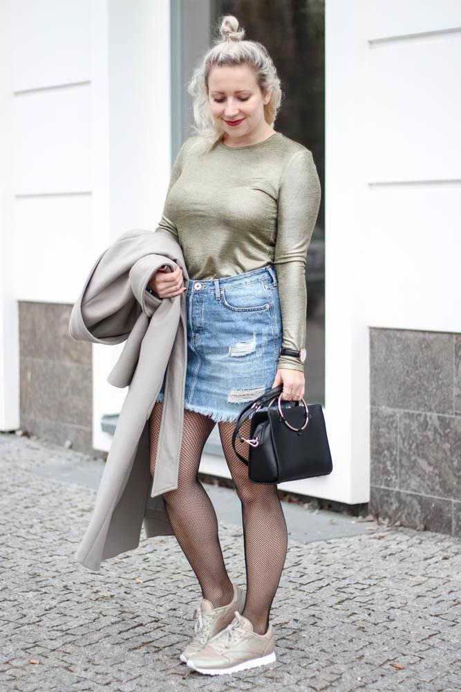 outfit-blogger-metallic-reebok-pearlized-grey-oversized-coat-sneaker-herbst-2016-trend-jeansrock-puppenzirkus-streetstyle-19