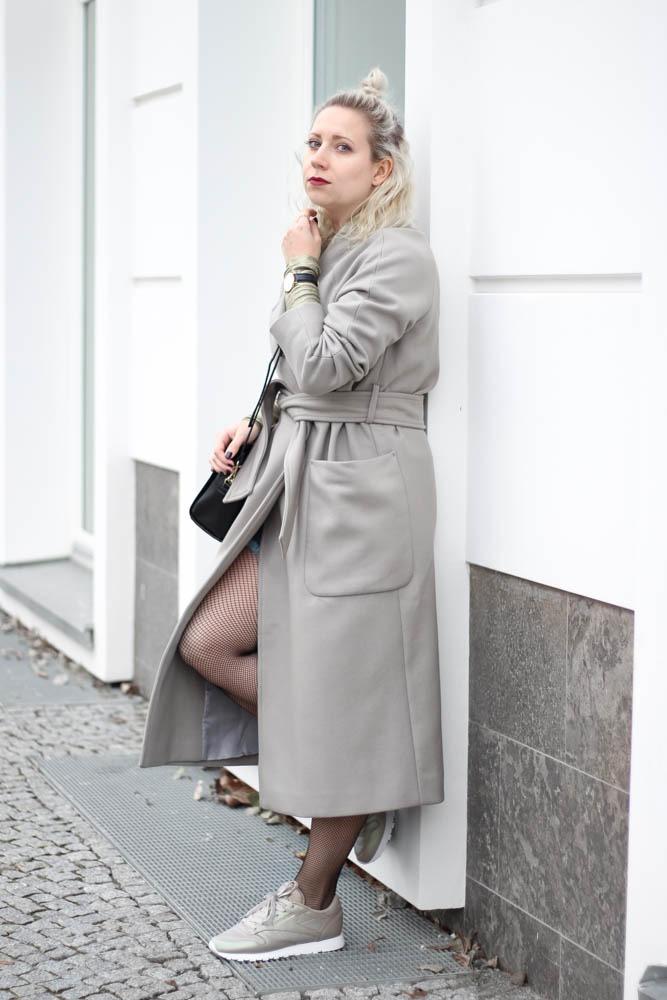 outfit-blogger-metallic-reebok-pearlized-grey-oversized-coat-sneaker-herbst-2016-trend-jeansrock-puppenzirkus-streetstyle-3