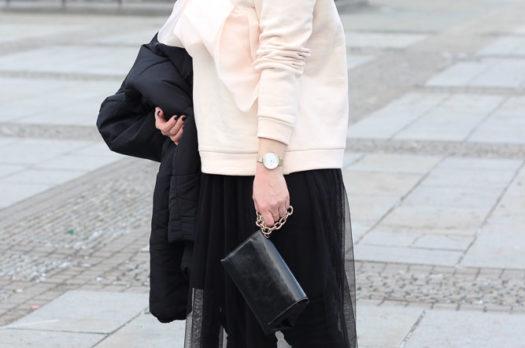 Fashion Week Outfit   Puffer Jacket, Rüschenpulli & Overknees