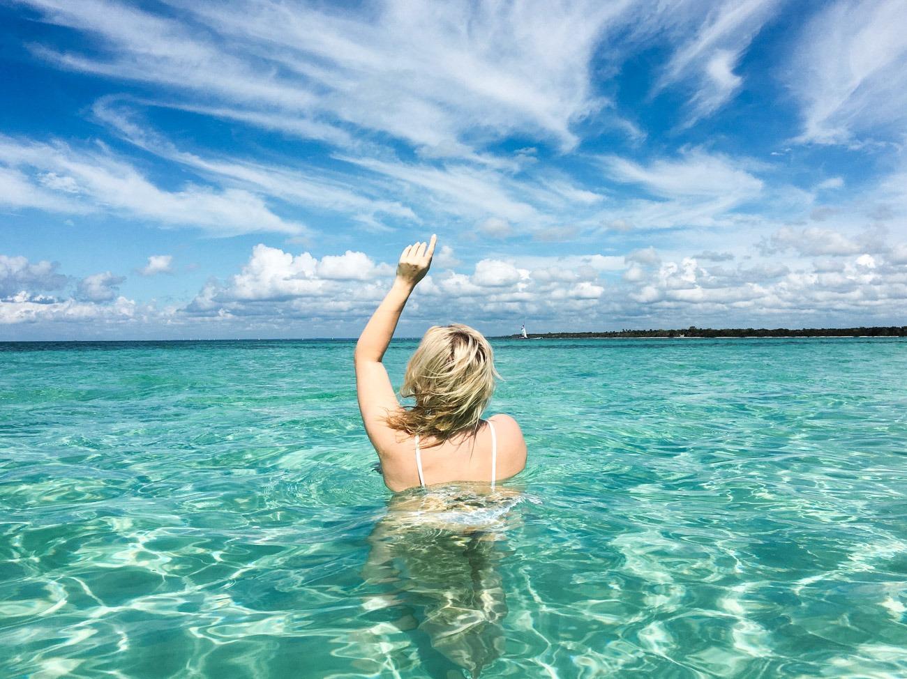 Türkisblaues, hüfthohes Wasser im Piscina Natural (Sandbank) vor der Küste der Isla Saona in der Dominikanischen Republik