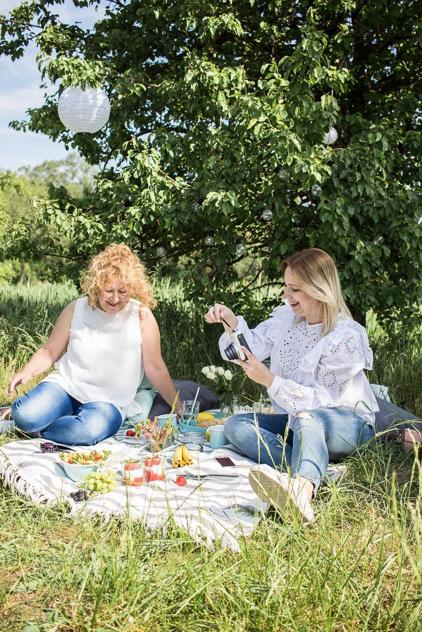 Picknick zum Muttertag: Mutter und Tochter beim gemeinsamen Picknick
