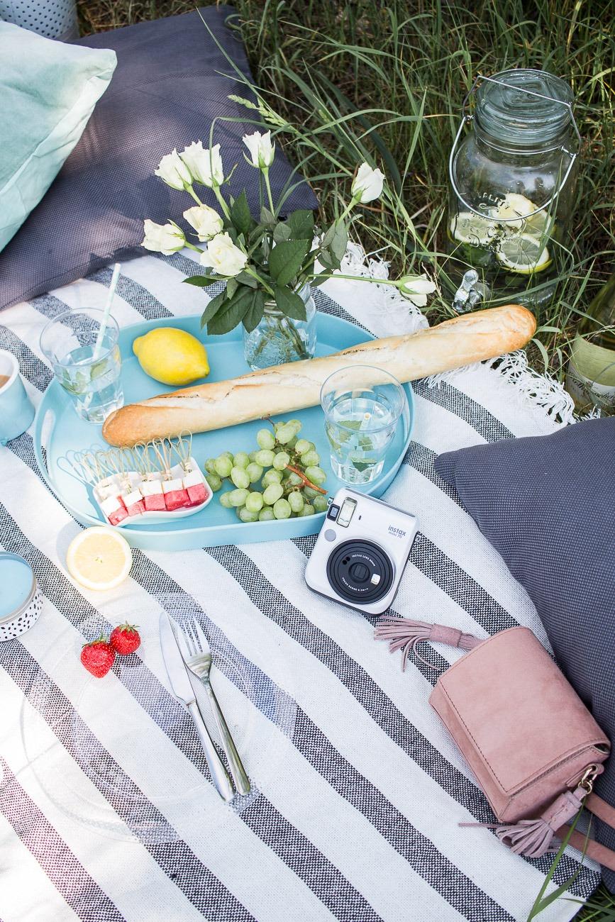 Picknick Must-haves: Decke, Tablett, Baguette und kleine Häppchen