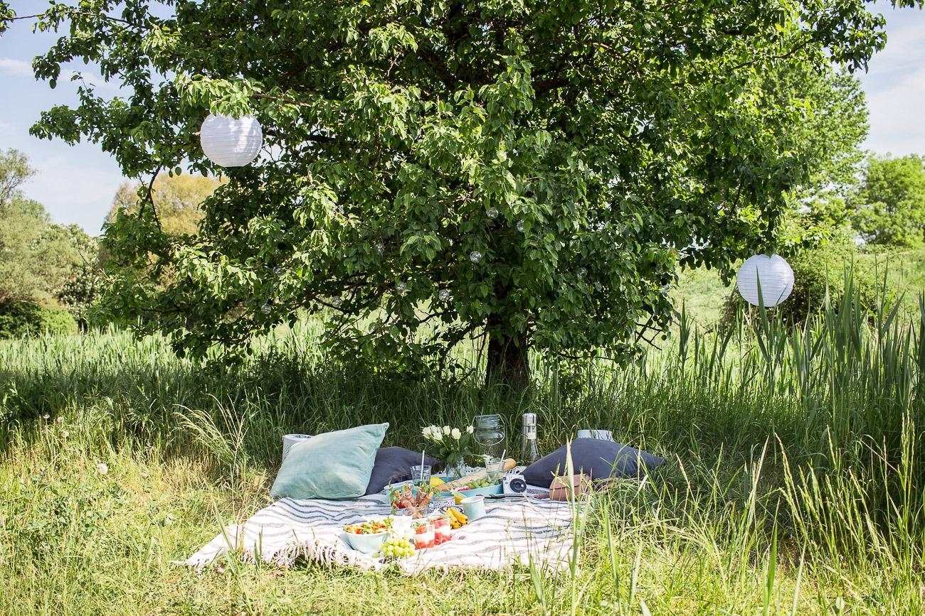 Ein lauschiges Plätzchen im Halbschatten ist der perfekte Ort für ein Picknick zum Muttertag