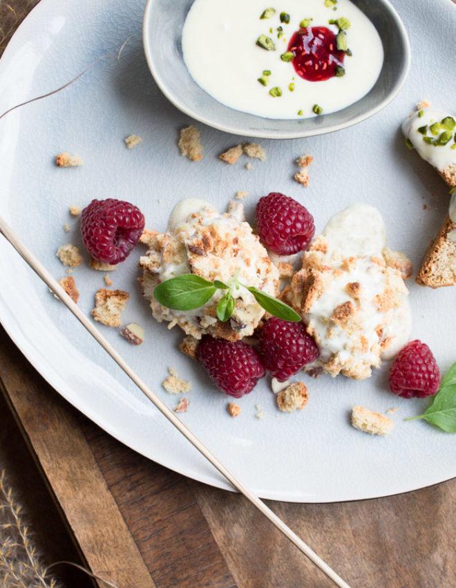 Eisdessert als Hingucker: Weiße Schokolade mit Pistazien-Himbeer-Crunch