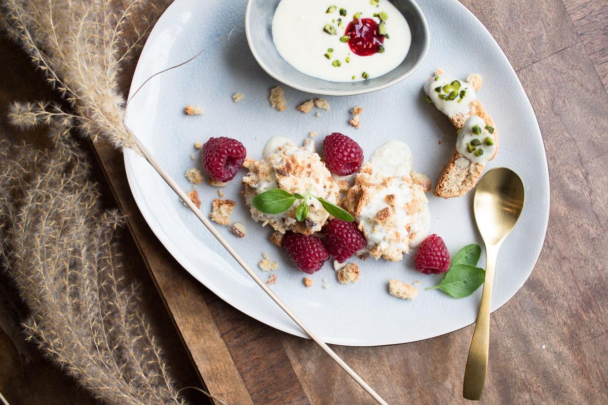 Eisdessert zum Dahinschmelzen: Weiße Schokolade mit Pistazien-Himbeer-Crunch