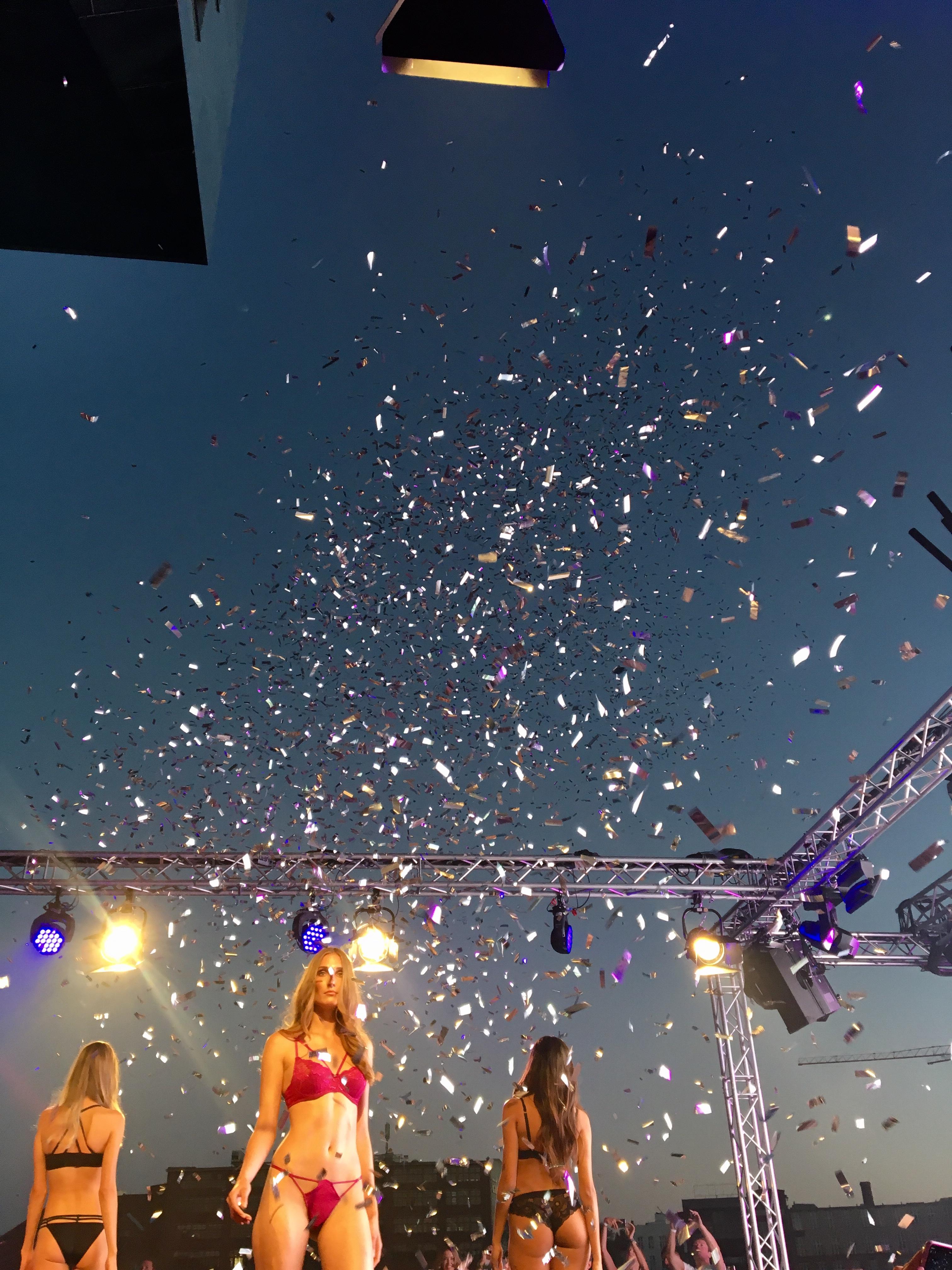 Finale und Konfettiregen bei der Fashion Show von Lascana