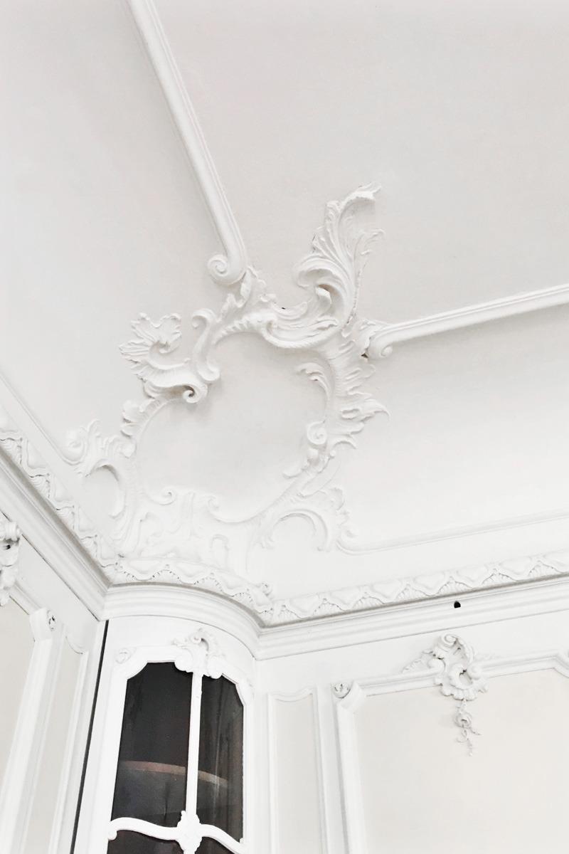 Das Tolle bei einer Hochzeit in einem Schloss oder alten Villa? Die besondere und sehr detailreiche Verzierung an den Wänden und der Decke. Einfach einmalig!