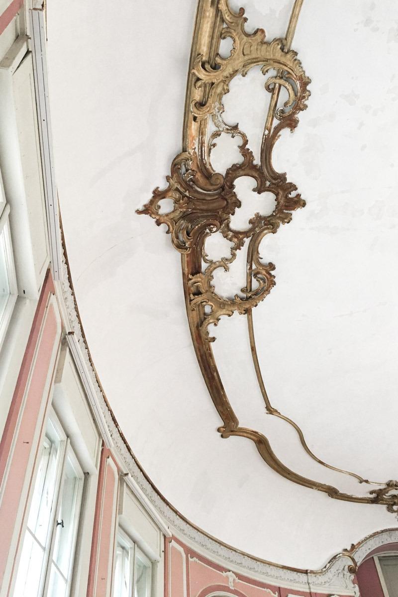 Ein Mädchentraum: rosaroter Saal und goldener Stuck an der Wand im Schloss Marquardt.