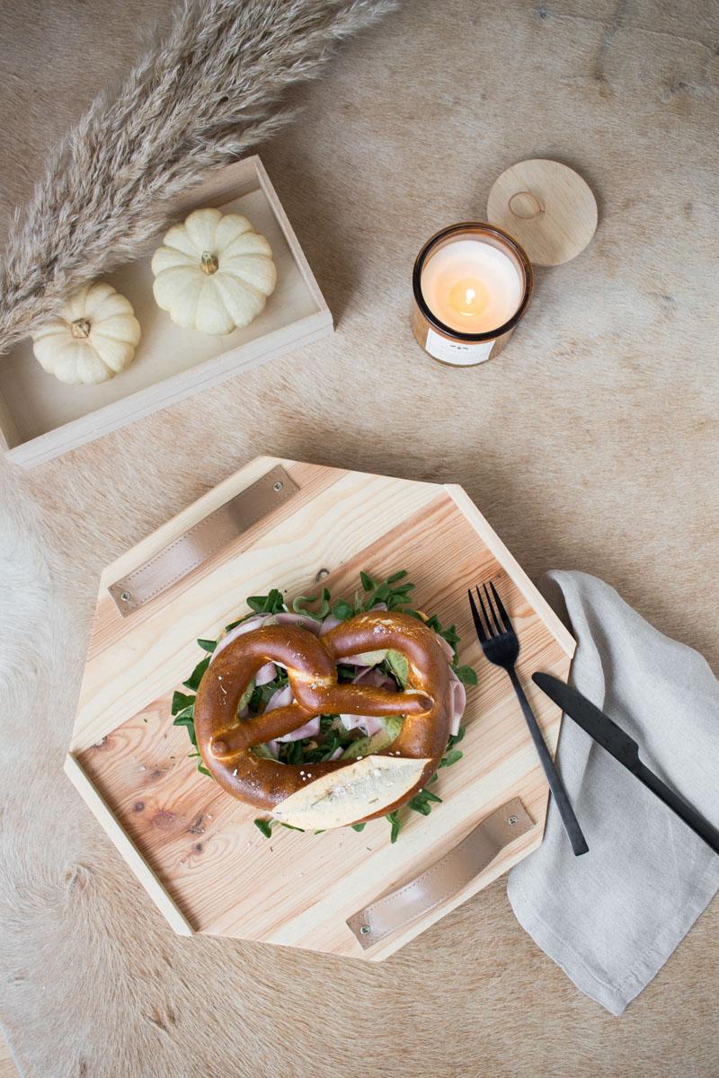 Brezel-Frühstück mit Herta: eine Laugenbrezel mit Herta Finesse Schinken, Feldsalat, Obazda und grünen Gurken