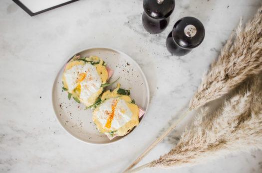 Eggs Benedict: so servierst du perfekt pochierte Eier!