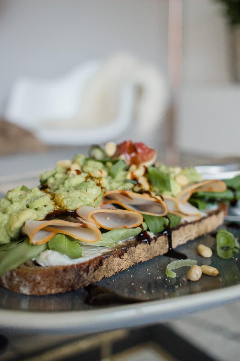 Lieblingsfrühstücks-Kombo: frisches Brot, Feldsalat, Frischkäse, Hähnchen Finesse von Herta, Guacamole, Feigen, Pinienkerne und etwas Frühlingszwiebeln sowie einen Schuss Balsamicocreme.