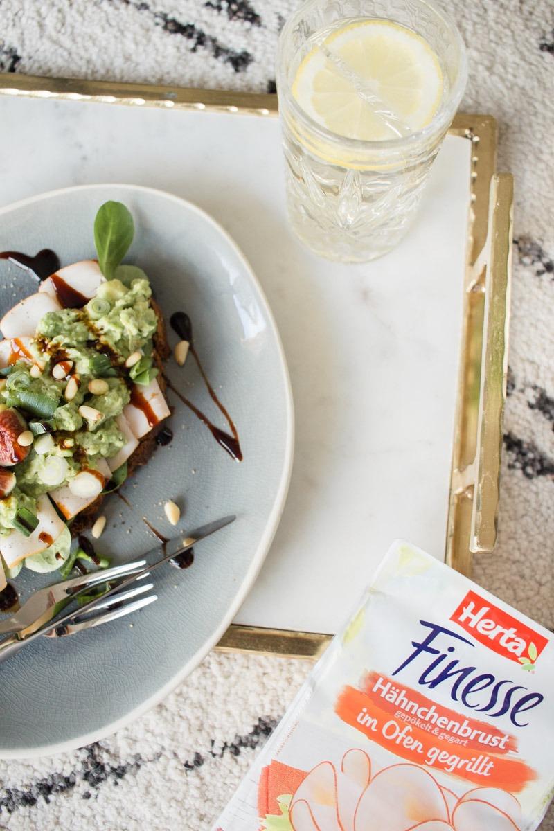 Richtig leckere Kombination: Avocado und Hähnchenbrust von Herta auf frischem Brot!