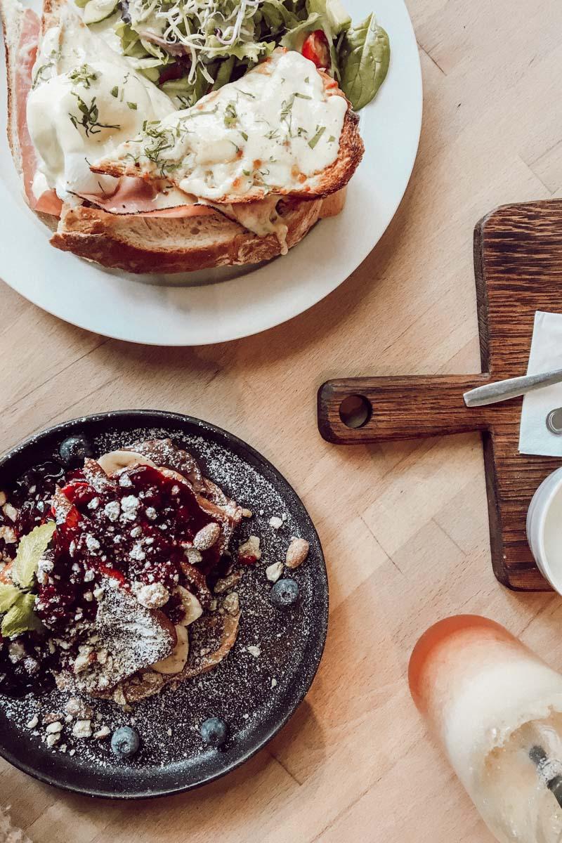 Zu sehen: Croque Mémère und die Buttermilch Pfannkuchen im Babuschka. Sehr zu empfehlen!
