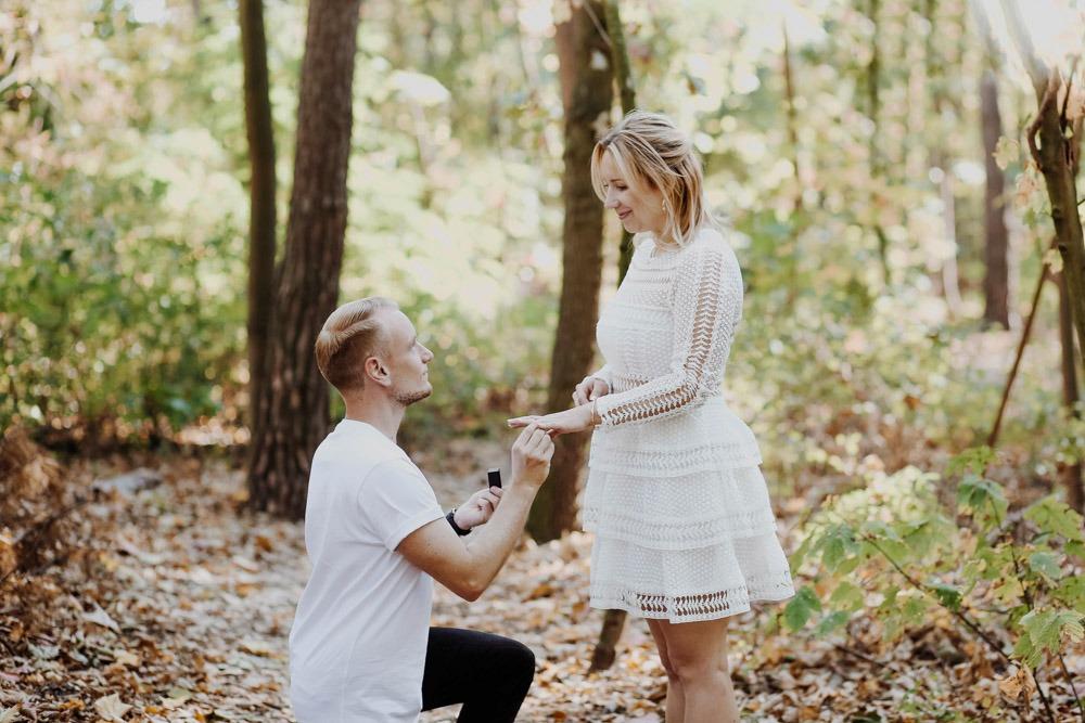 Ein typischer Fall von: Wo sollte man jetzt hinschauen? Auf den Mann oder diesen unglaublich schönen Verlobungsring?