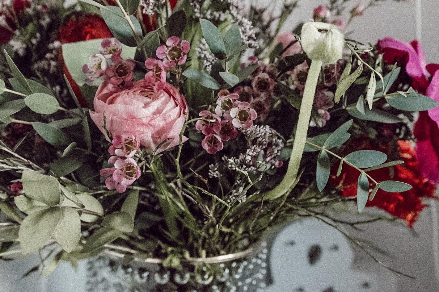 Im Strauß Liebesbotschaft von Fleurop finden sich neben viel grün, wunderschöne Ranunkeln und Wachsblumen. Beide gehören übrigens zu meinen Lieblingsblumen!