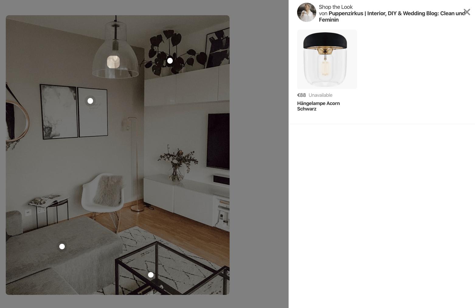 Links auf dem Bild seht ihr die markierten Produkte: Sofa, Lampe, Bilder und Pflanze. Auf der rechten Seite erscheint der verlinkte Artikel, wenn ihr auf die Markierung klickt.