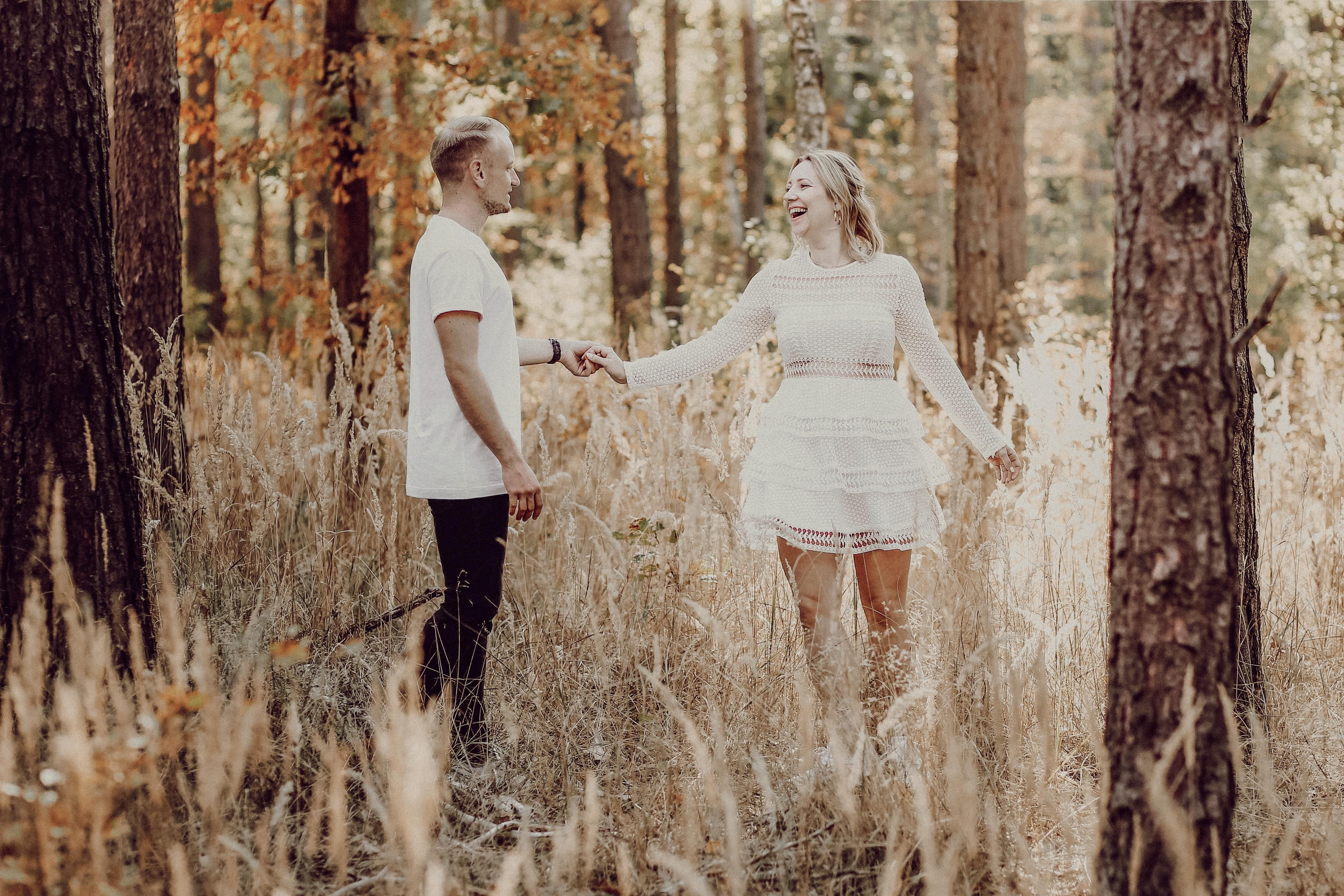 Einfach mal drauf los tanzen - beim Verlobungsshooting ist das ein super Eisbrecher!