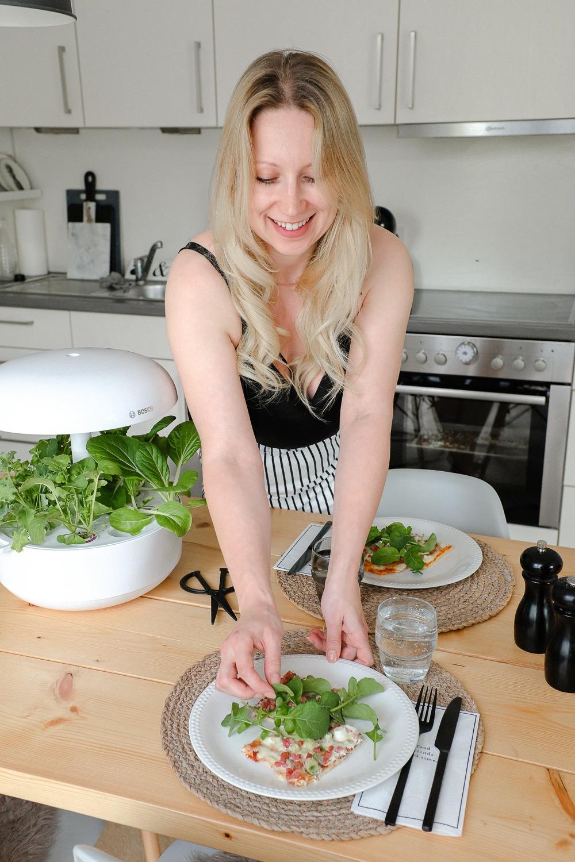 Zum Kochen und Anrichten hole ich mir meinen Kräutergarten gern direkt in die Küche oder den Essbereich, da sich die Ernte so verinfacht. Hier gibt's übrigens den Low Carb Flammkuchen, von dem ich euch im letzten Beitrag erzählt habe.