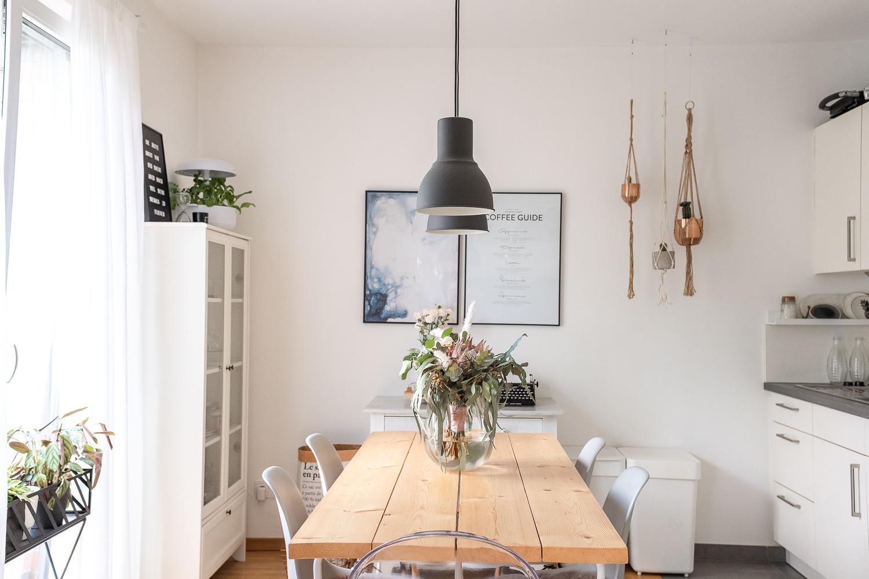 Der SmartGrow Kräutergarten in unserer offenen Küche mit Esstisch