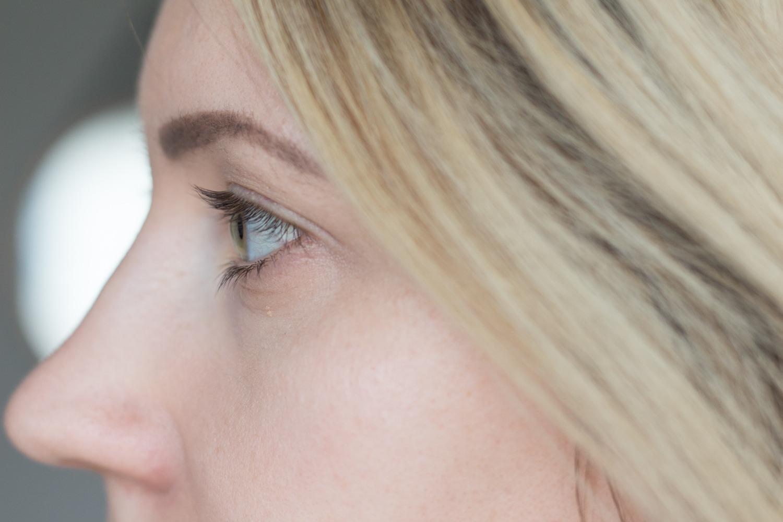 Meine Wimpern und Augenbrauen (hier bereits nachgezeichnet) vor der Verwendung des trucosmetics Wimpernserum und Augenbrauenserum