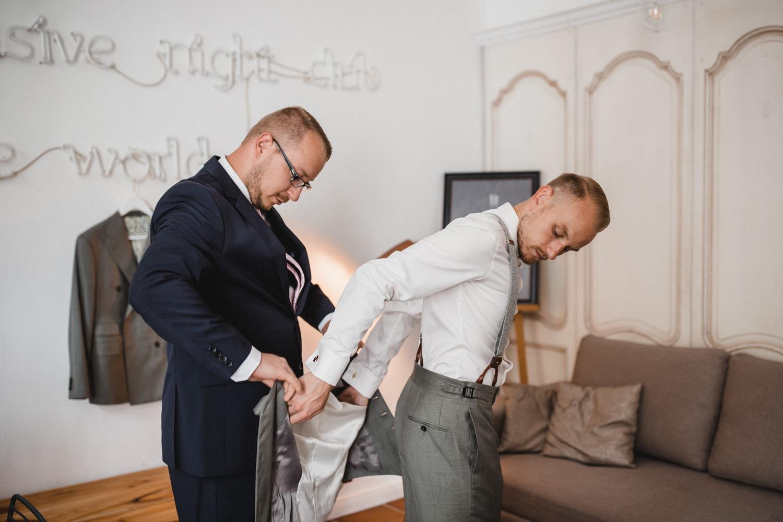 Der Bräutigam mit seinem Trauzeugen beim Getting Ready der Hochzeit
