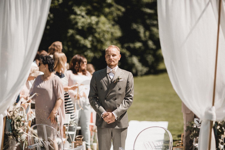 Der Bräutigam kurz vor dem Einzug der Braut bei der freien Trauung und Hochzeit