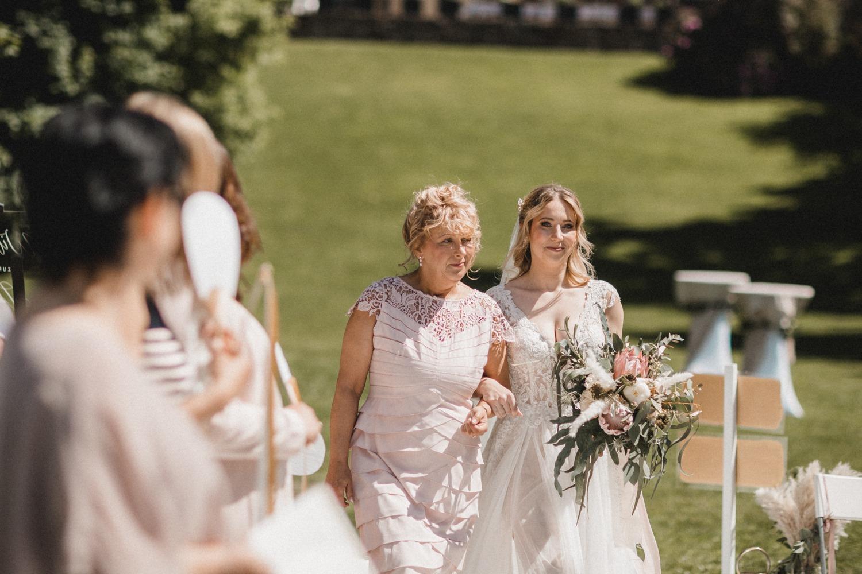 Der Einzug der Braut an der Seite ihrer Mama bei der freien Trauung in Berlin am Wannsee bei der Hochzeit