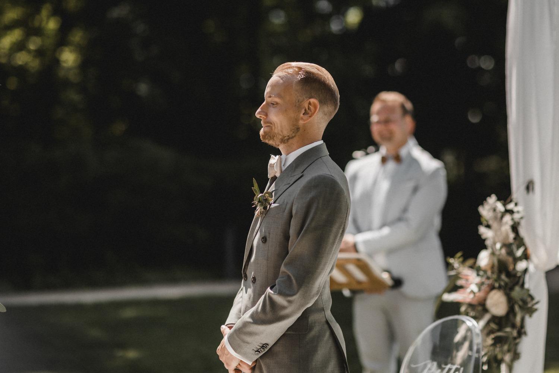 First Look: der erste Blick des Bräutigams auf die Braut bei der freien Trauung und dem Einzug der Braut bei der Hochzeit