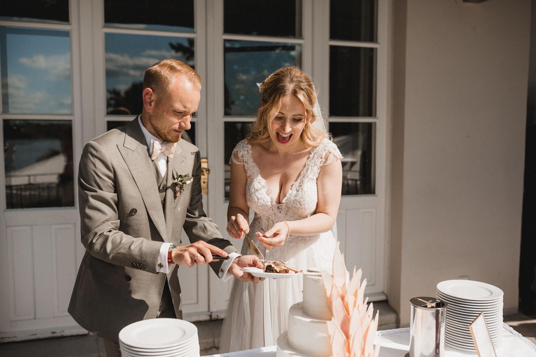 Der Tortenanschnitt des Brush Stroke Cakes von Braut und Bräutigam zur Hochzeit in der Villa