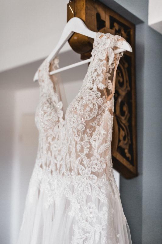 Das romantische Brautkleid mit Blätterspitze, tiefem Ausschnitt in Ivory und Champagner sowie weitem Tüllrock in A-Linie und langer Schleppe