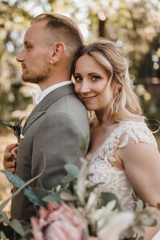 Brautpaar Paarshooting zur Hochzeit mit verliebter Braut und stolzem Bräutigam