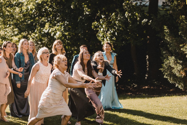 Der Brautstraußwurf zur Hochzeit in Berlin am Wannsee