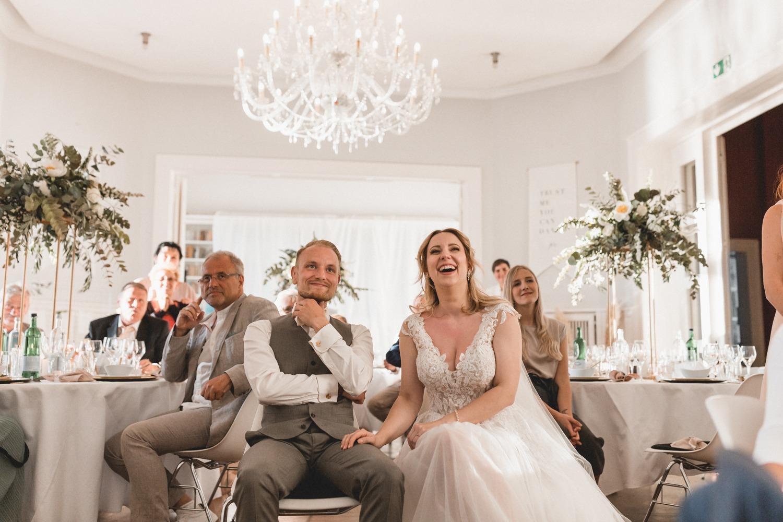 Glückliches Brautpaar bei der Hochzeit in der Villa Blumenfisch Berlin