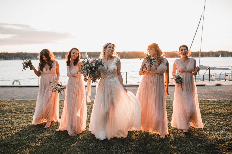 Modern Boho Hochzeit: Die Braut und ihre Trauzeugin und Brautjungfern bei ihrer Hochzeit in Berlin am Wannsee