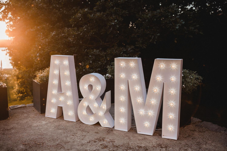 Leuchtbuchstaben Dekoration bei der Modern Boho Hochzeit in Berlin