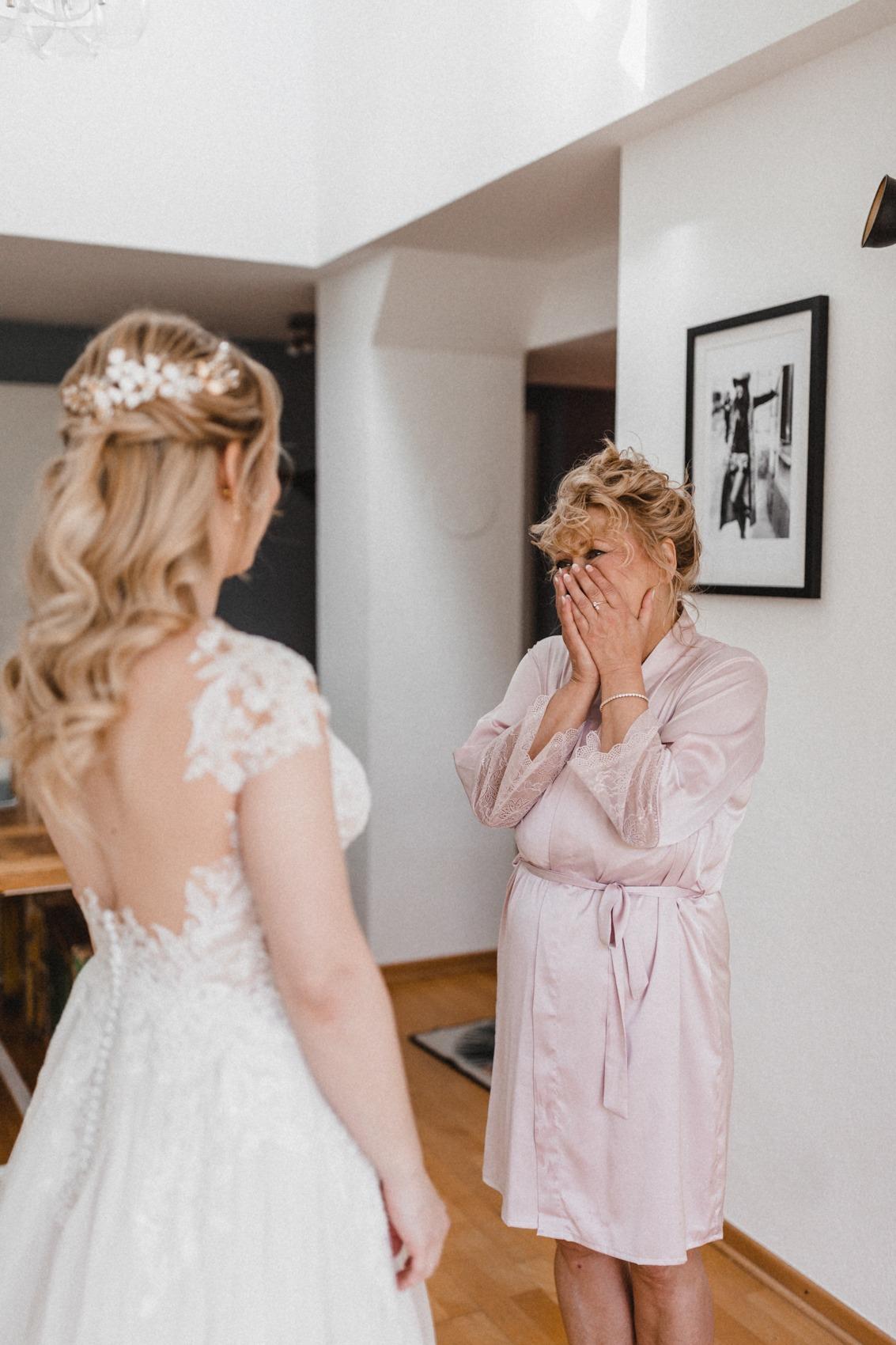Die Brautmama sieht ihre Tochter das erste Mal als Braut und in ihrem Brautkleid